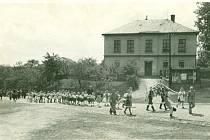 Prvorepublikové cvičení hasičů, k nácviku posloužila obecní budova.Tento dům v minulosti vlastnila obec, byl v ní i obecní byt, ve kterém bydlel hlídač – ponocný. Po druhé světové válce sídlil v tomto domě první obecní úřad pro Mrsklesy.