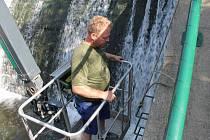 Pracovníci Povodí Moravy osadili stěny nebezpečného jezu v Řepčíně stupačkami a madly, následně přidají i ocelová lana
