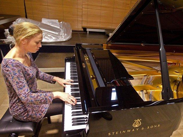 Nové piano Steinway v sále Moravské filharmonie v Olomouci