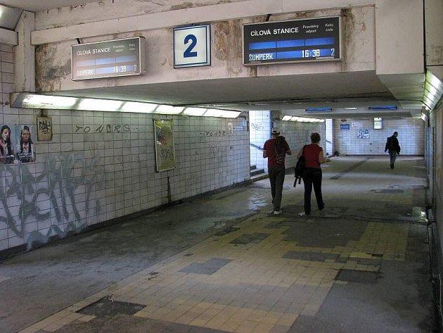 Ostudný podchod k vlakům na olomouckém hlavním nádraží