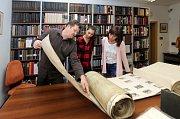 """Dny evropského dědictví ve Vědecké knihovně v Olomouci. ( 9.9 - 10.9.2017 ) Ve studovně historických fondů návštěvníci zhlédli """"velké knihy"""" – dokumenty obřích rozměrů od středověkých kodexů 15. století až po současnost.K vidění byl například nejtěžší ruk"""