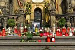 Pietní místo u sloupu Nejsvětější Trojice na Horním náměstí v Olomouci, 3. 10. 2019