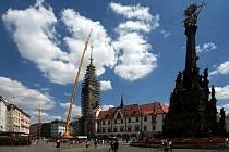Na vrchol olomoucké radniční věže se vrátila po dvou letech její sedmnáctimetrová špice. 14. července 2020