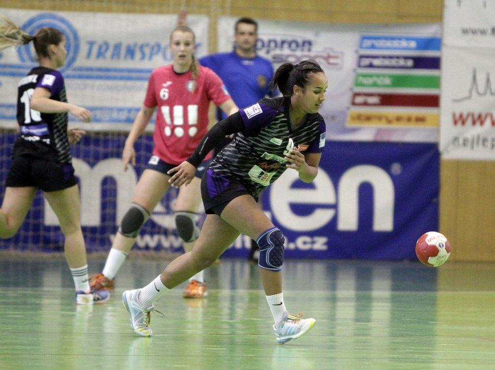 Olomoucké házenkářky (v černém) porazily v prvním utkání série o bronz Porubu 26:21. Anna Gebre Selassie