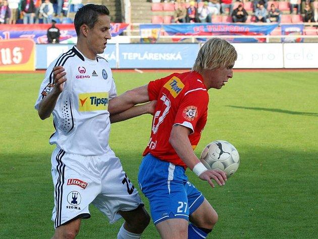 Tomáš Janotka se snaží vybojovat míč