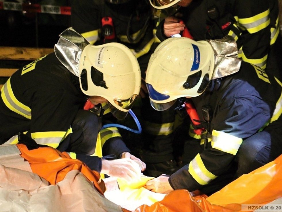 Hasičské manévry v souvislosti s případem podezření na ebolu ve Šternberku