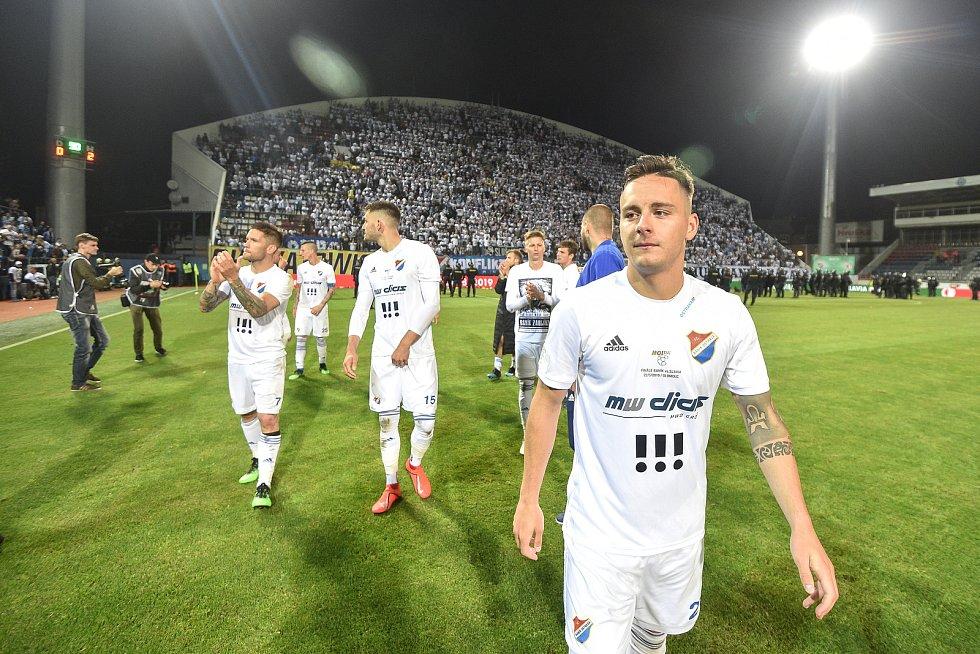 Finále fotbalového poháru MOL Cupu: FC Baník Ostrava - SK Slavia Praha, 22. května 2019 v Olomouci. Hráči Baníku děkují fanouškům (Daniel Holzer.)