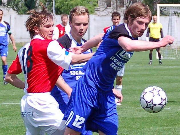 Záložník Olomouce Libor Volf (č. 12) bojuje o míč.