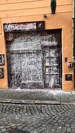 Vcentru Olomouce se vnoci zpátku na sobotu vyřádil vandal, který postříkal barvou například vstup do studentského klubu vUniverzitní ulici.