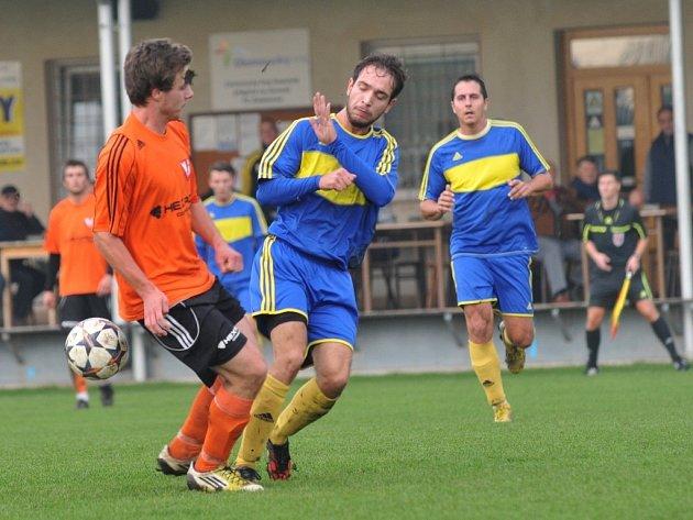 Fotbalisté FC Želatovice (v modrém) proti Medlovu