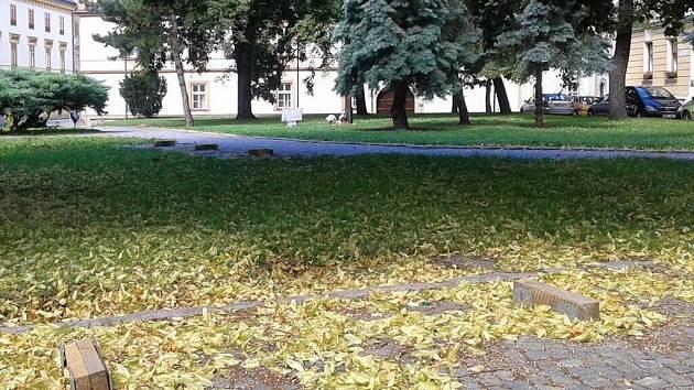 Z náměstíčka před Arcibiskupským palácem v Olomouci odmontovali lavičky
