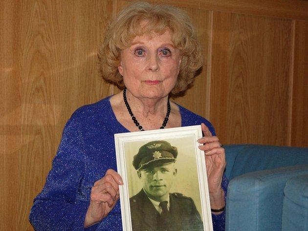 Trudie Bryksová s fotografií svého manžela