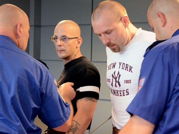 Stanislav Krůžela (druhý zleva) a Lukáš Kluka (druhý zprava) obžalovaní zloňského loupežného přepadení čerpací stanice vDřevohosticích na Přerovsku stanuli 15.července před olomouckým krajským soudem