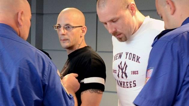Stanislav Krůžela (druhý zleva) a Lukáš Kluka (druhý zprava) obžalovaní z loňského loupežného přepadení čerpací stanice v Dřevohosticích na Přerovsku stanuli 15. července před olomouckým krajským soudem