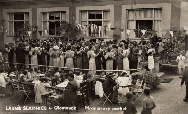 LÁZEŇSKÁ KULTURA. Fotografie zLázní Slatinice, zachycuje období kolem roku 1940. Na fotografii vidíme mramorový taneční parket a populární nedělní taneční odpoledne.