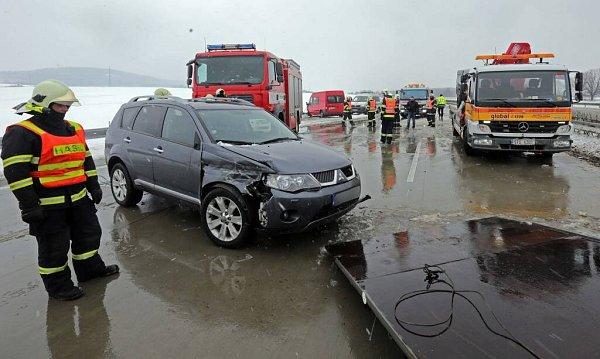 Odklízení následků hromadné nehody na D1 uHranic. 3.dubna 2013