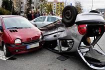 Hyundai skončil po nárazu na střeše a narazil do zaparkovaného renaultu. Nehoda na Tabulovém vrchu 8.11.2012