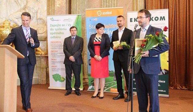 Na Klášterním Hradisku vOlomouci vúterý společnost EKO-KOM vyhlašovala výsledky soutěže ve třídění odpadů mezi obcemi a městy nazvané Okeramickou popelnici. Vkategorii velkých měst zvítězila Olomouc.