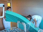 FN Olomouc mění matrace na osmnácti klinikách.
