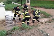 Hasiči v Olomouckém kraji měli v noci na sobotu napilno - vyjížděli ke čtyřem desítkám zásahů. Nejčastěji čerpali vodu ze zatopených sklepů. Nejvíce zásahů bylo na Prostějovsku a Olomoucku.