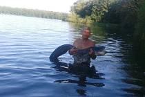 """Přemoci sladkovodního giganta českých stojatých vod, je zážitek na celý život i pro zkušeného rybáře. Josef Faltýnek z Olomouce chytil na Chomoutovském jezeře """"miminko"""" velké """"pouze"""" 150 centimetrů. Věří, že pořádný kousek teprve přijde."""