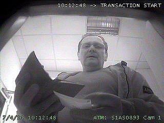 48 tisíc korun z platebních karet si vybral zloděj, který 4. července ráno sebral peněženku v budově pojišťovny v Olomouci. Jeho podobu zachytily u bankomatu na Horním náměstí kamery.