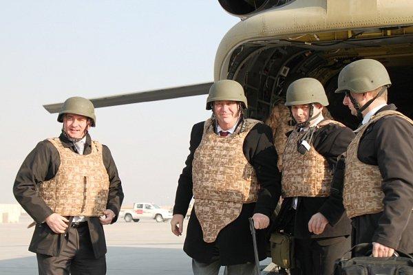 Prezident právě vystoupil zvrtulníku Chinook CH-47na letišti vBagrámu