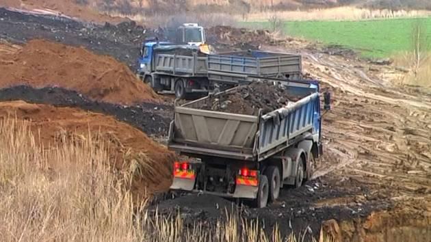 Archivní snímek z videa dokumentující navážení odpadu na skládku u Haňovic v roce 2008