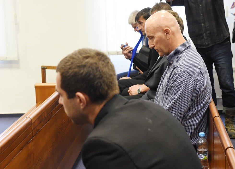 Zleva Tomáš Pantlík a Radek Menšík. Kauza tzv. lihové mafie u Vrchního soudu v Olomouci