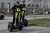 Olomoucké strážnice hlídkují na transportérech Segway