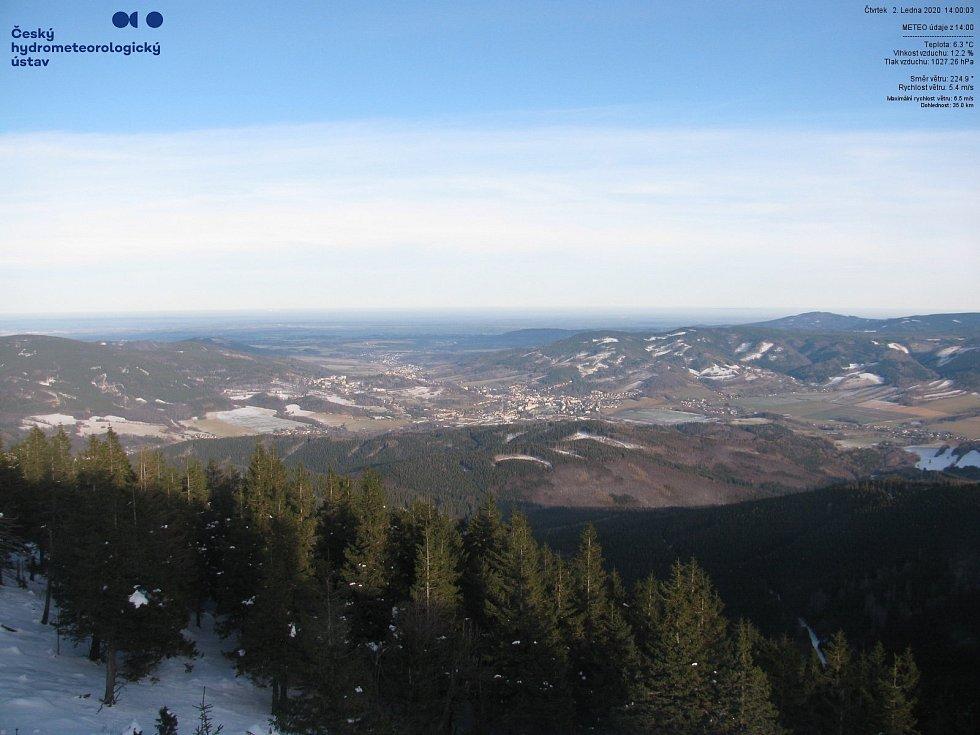 Počasí 2. ledna 2020 ve 14 hodin na Šeráku v Jeseníkách. Teplota: 6,3°C. Vlhkost vzduchu: 12,2%.  Snímek z webové kamery ČHMÚ