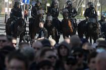 Pochod extrémistů a policisté na koních