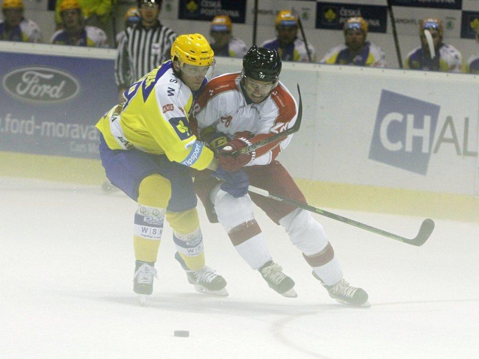 Olomoučtí hokejisté (v bílém) odehráli přátelské utkání se Zlínem