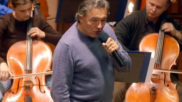 Zkouška Karla Gotta s Moravskou filharmonií v roce 2006.