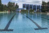 Plavecký stadion v Olomouci - letní areál, v pozadí krytý bazén