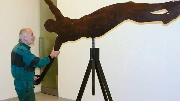 Sochař Vratislav Karel Novák umisťuje na své výstavě v olomoucké Galerii Caesar figuru Krista, která funguje na principu kyvadla a dokáže i rotovat.
