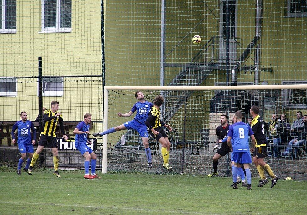 Fotbalisté Nových Sadů (ve žluto-černém) remizovali s Kozlovicemi 1:1.