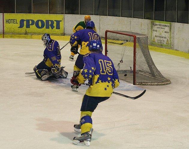 Šternberští hokejisté v modrém.