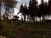 Apokalypsa. Jinak nelze popsat stav smrkových porostů kolem pramene Odry. Vyhledávaná turistická trasa připomíná bojiště, kde člověk v boji s dřevokaznými škůdci a počasím prohrává na celé čáře.Lesníci se v likvidaci pohromy nezastaví. Techniku nasadili i