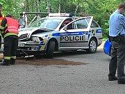 Nabouraný policejní vůz v ulici Jarmily Glazarové v Olomouci