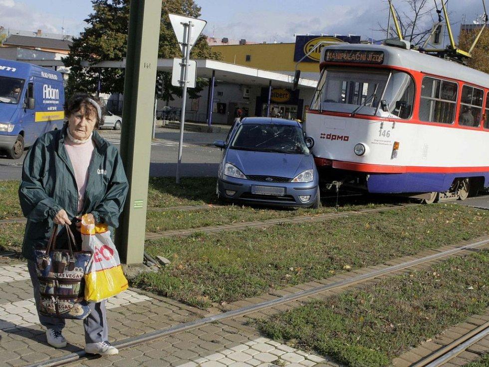 Srážka tramvaje s fordem na třídě Kosmonautů