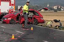 Tragická nehoda v Týnečku: sportovní mercedes smetl fabii