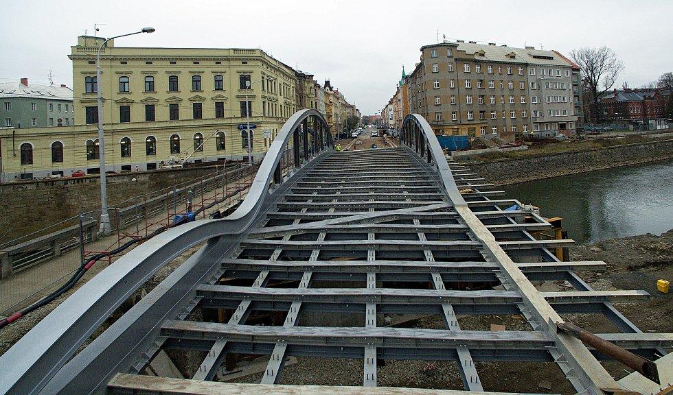 Rejnok dorazil na druhý břeh. Nasouvání ocelové konstrukce nového mostu na Masarykově třídě v Olomouci. 17.12.2020