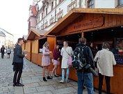 Stánky na Horním náměstí v Olomouci už servírují i punč. 9. listopadu 2018