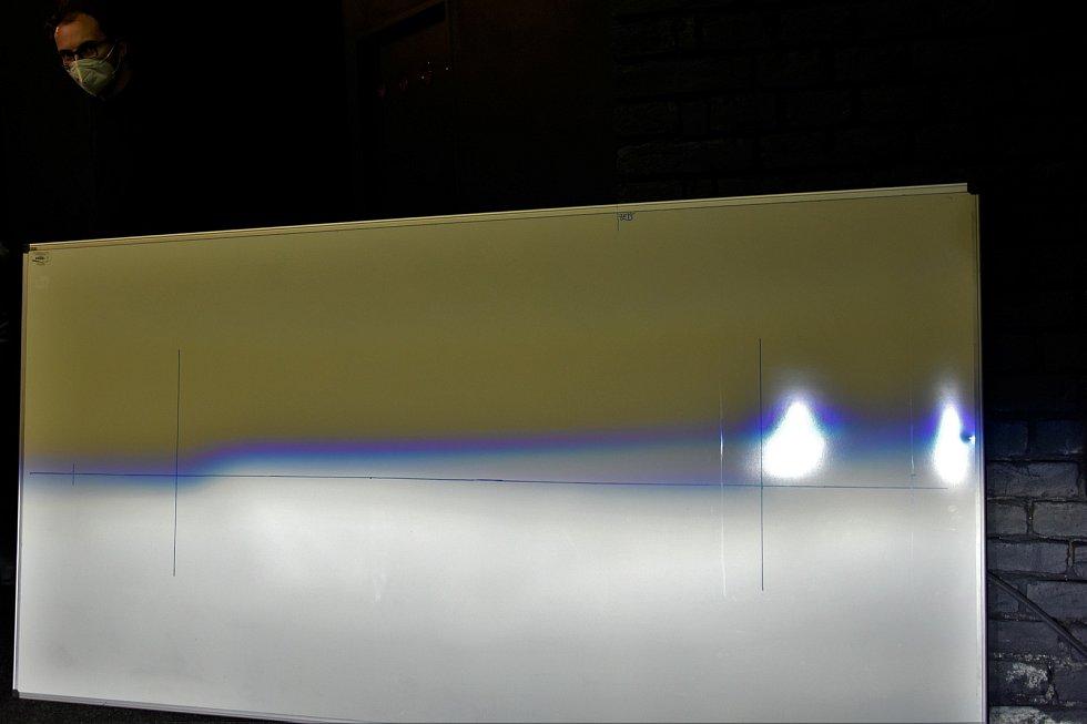 Výzkum Human Light Interaction Laboratory (HLI) spadající pod UP Olomouc. Tabule zaznamenává barvu a intenzitu světla či správné nastavení světlometů