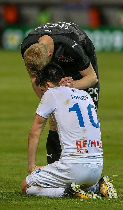 Finále fotbalového poháru MOL Cupu, Baník Ostrava - Slavia Praha 22.května 2019 v Olomouci. Zleva  Robert Hrubý zBaníku Ostrava a Michal Frydrych ze Slavie.