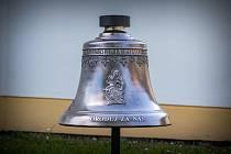 Nový zvon pro kapli v Luběnicích nese název Panna Marie Pomocná.