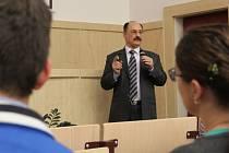 Profesor Abdul Rahman Ajjan přednášel v úterý odpoledne na Univerzitě Palackého o univerzitě v syrském Aleppu.