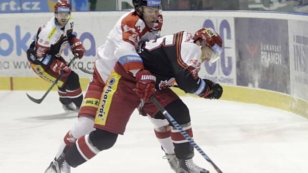 Olomoučtí hokejisté (v bílém) proti Hradci Králové