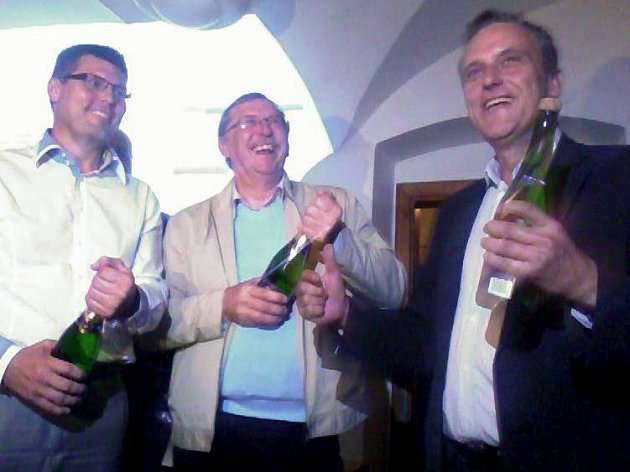 Lídr ČSSD Jíří Rozbořil (vpravo) a odstupující hejtman Martin Tesařík (uprostřed) slaví vítězství vkrajských volbách